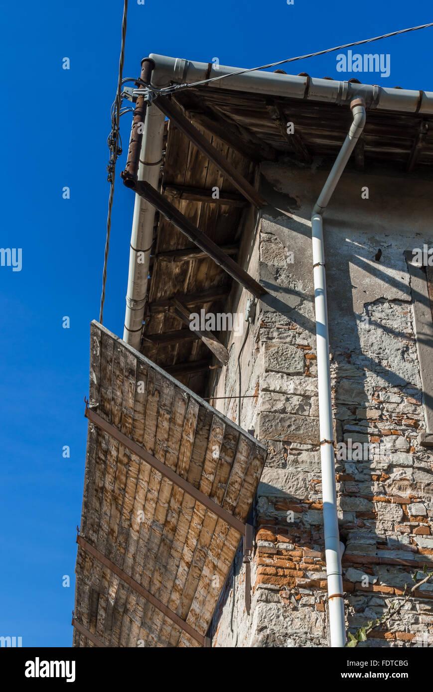 Alte Fassade Renovierung Mit Schutzenden Holzplatte Bereit Fur