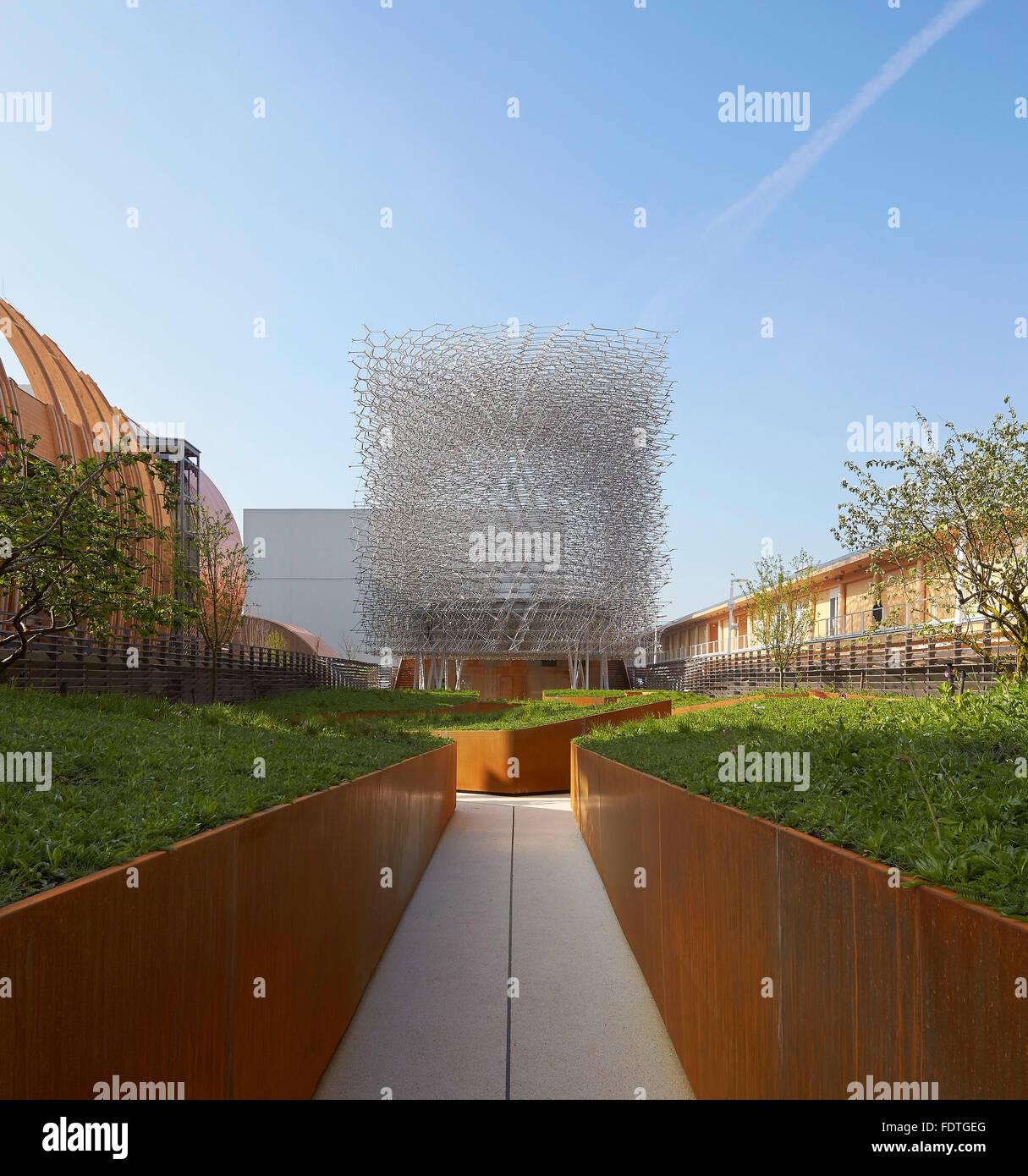 Corten Stahl Zaun Skizziert Angelegten Gehweg In Richtung Pavillon