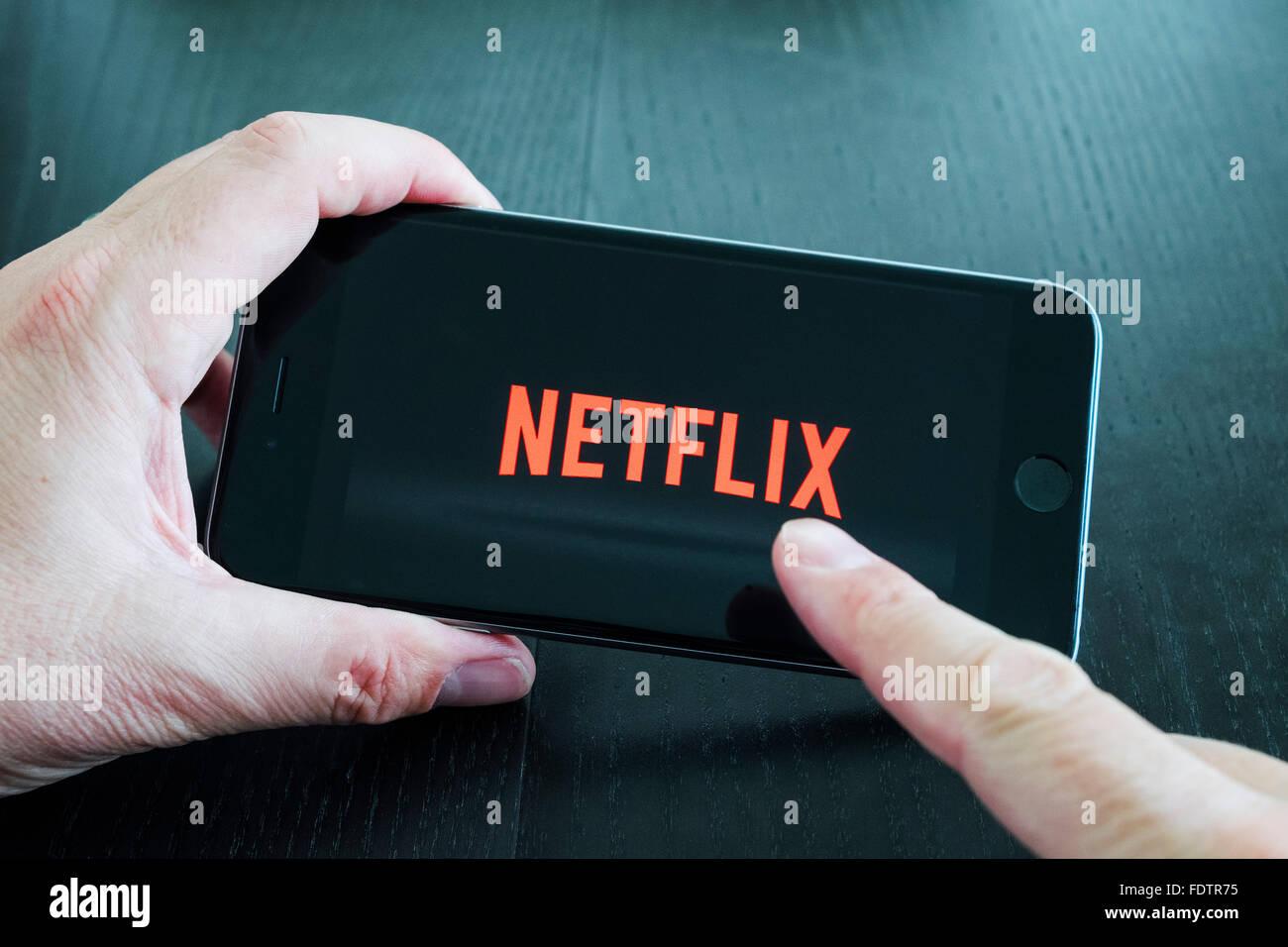 Logo von Netflix auf Abruf Film- und TV-Streaming-Service-app auf iPhone 6 plus Smartphone Stockbild