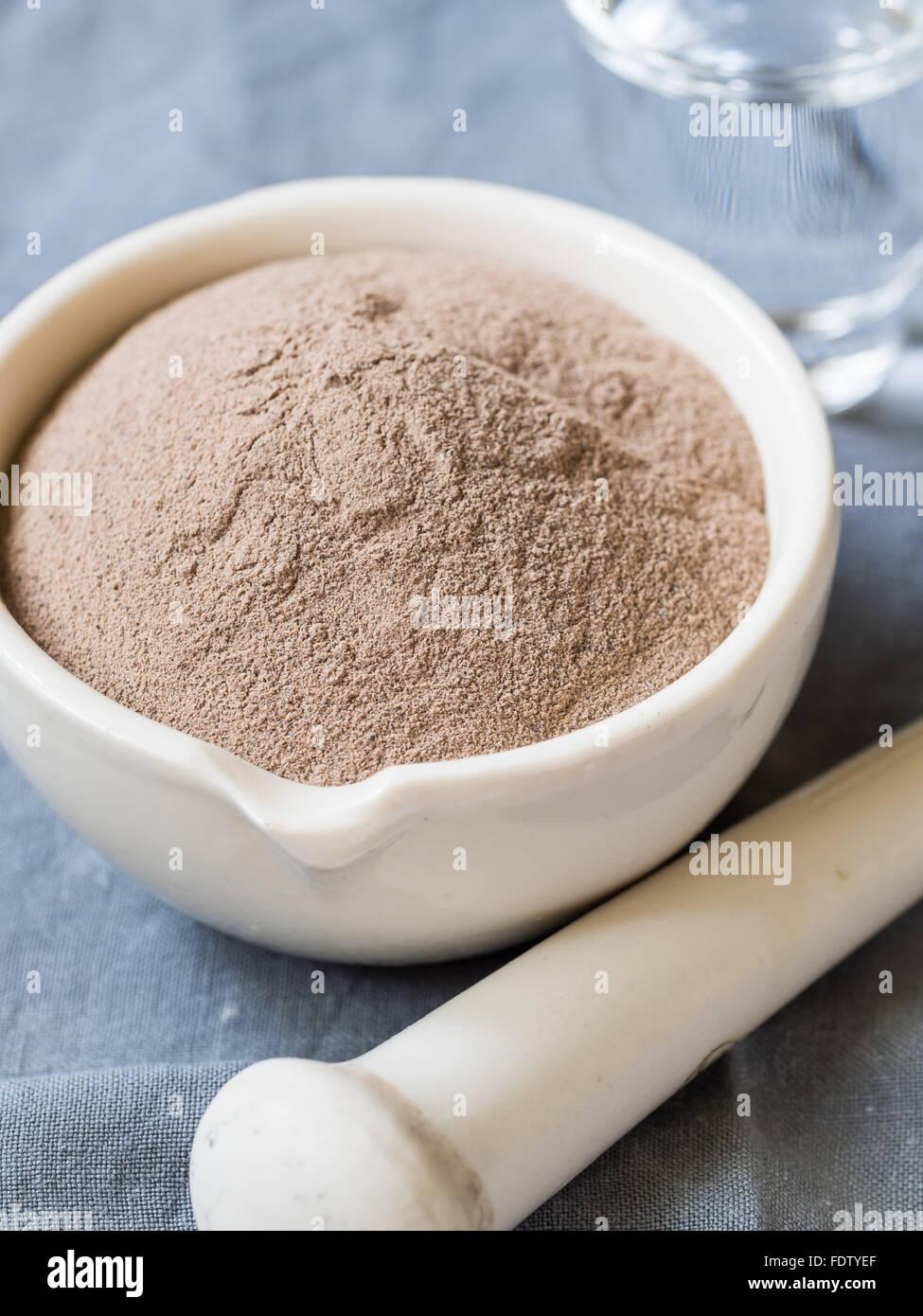 Kosmetischen Rhassoul Tonpulver in Mörtel. Stockbild