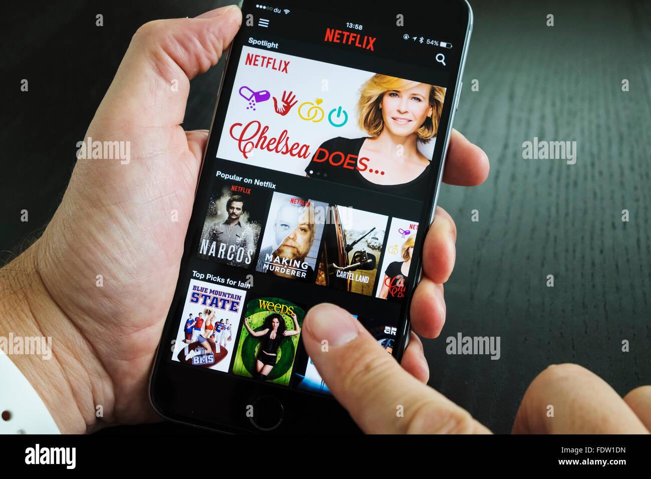 Homepage von Netflix auf Abruf Film- und TV-Streaming-Service-app auf iPhone 6 plus Smartphone Stockbild