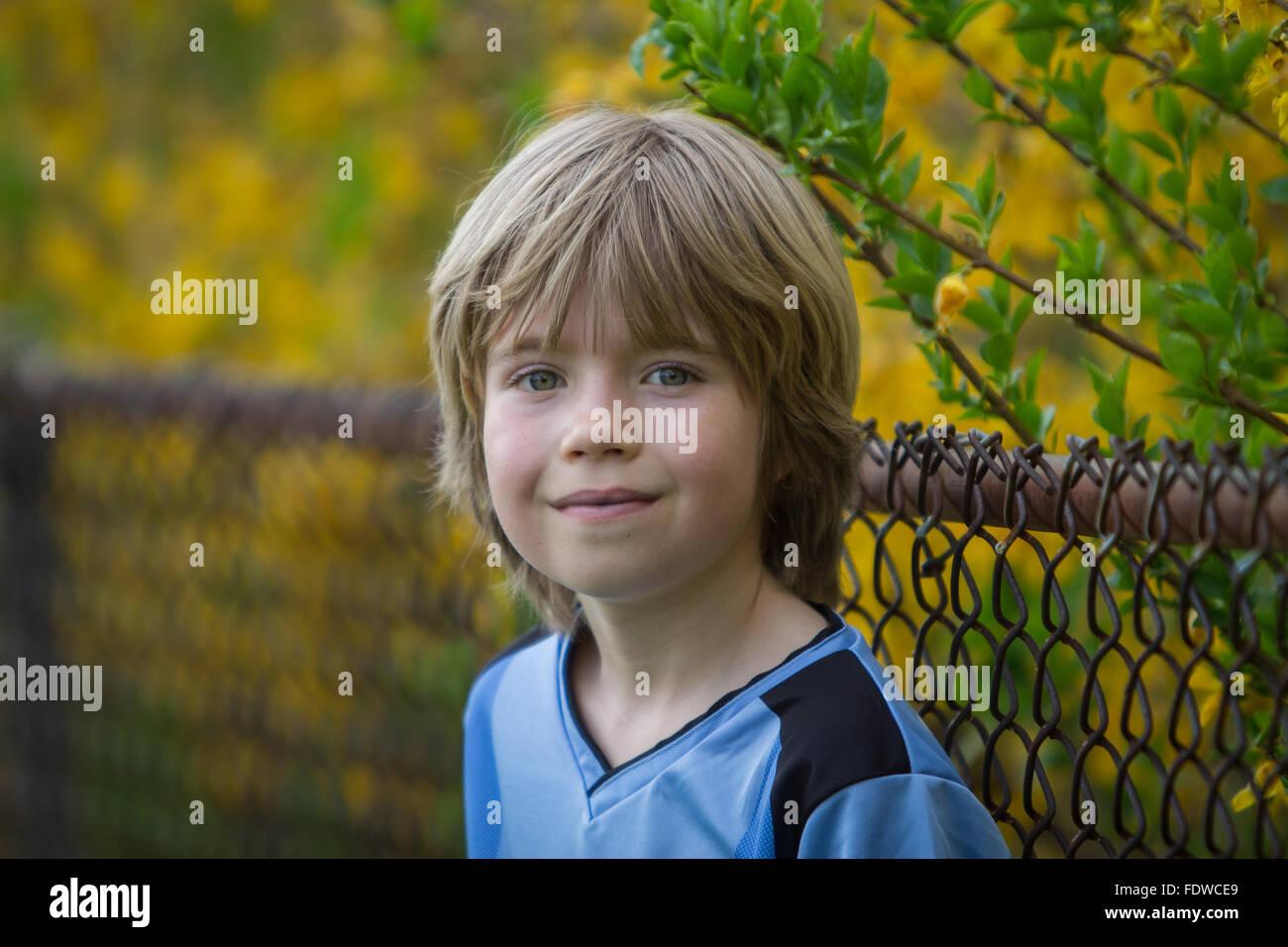 Portrait eines lächelnden 9-jährigen Jungen im freien Stockbild