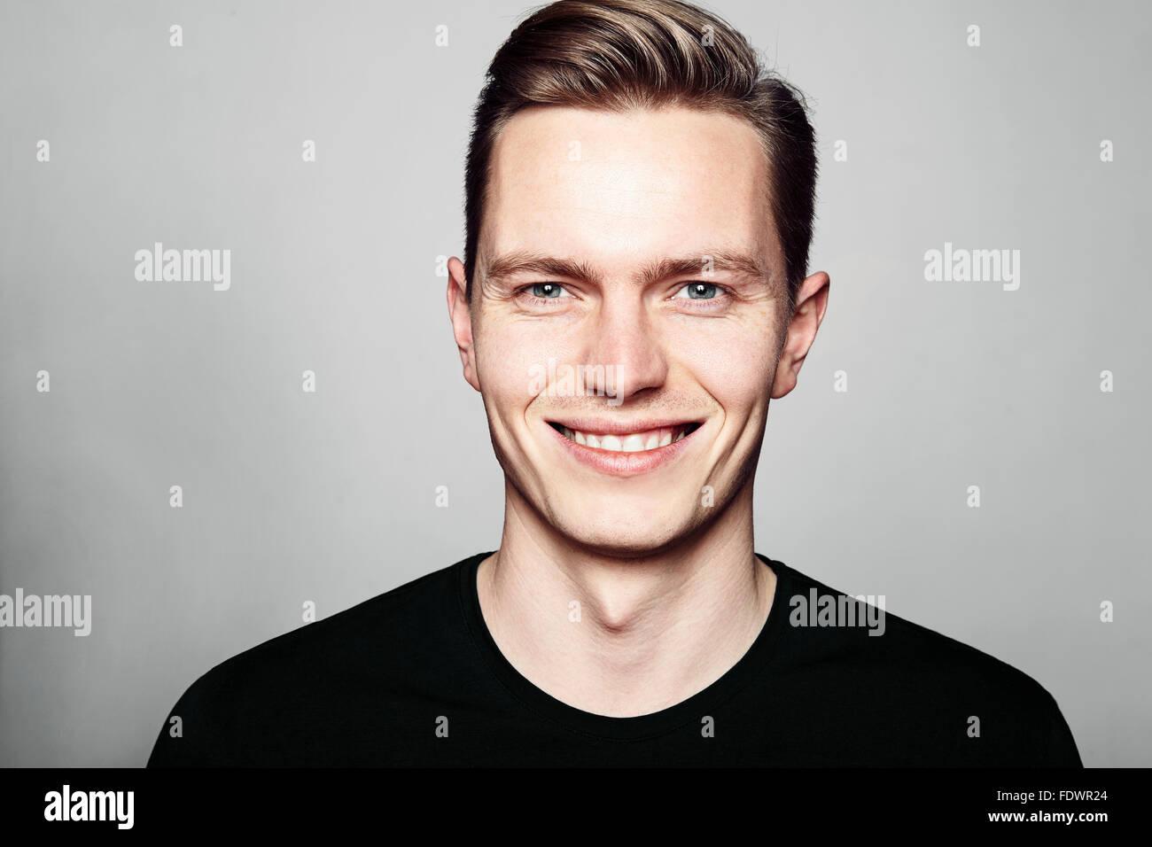 Studioaufnahme des Jünglings lächelnd zu Kamera. Isoliert auf weißem Hintergrund. Querformat, er Stockbild