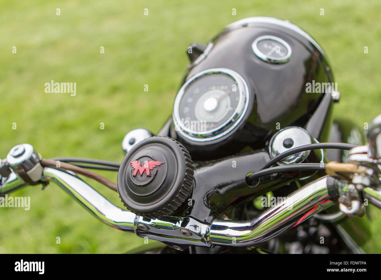 Nahaufnahme von Lenker, Scheinwerfer, Dämpfer Control Tachometer und Amperemeter ein Matchless Motorrad bei Stockbild