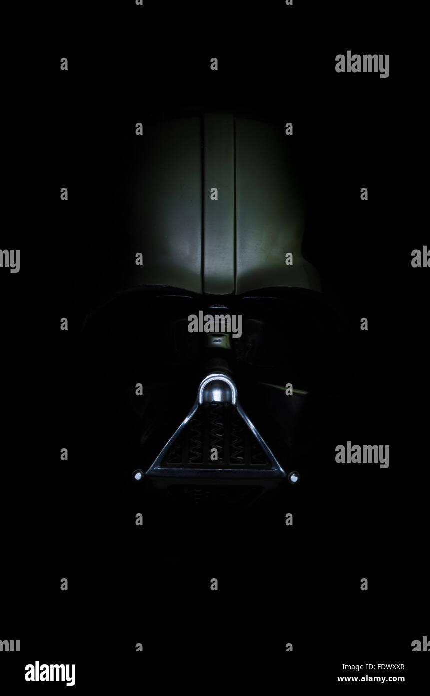 Darth Vader. Ein Bild von seinem Helm sorgfältig beleuchtet, um eine dunkle, düstere, die aus den Schatten Stockbild