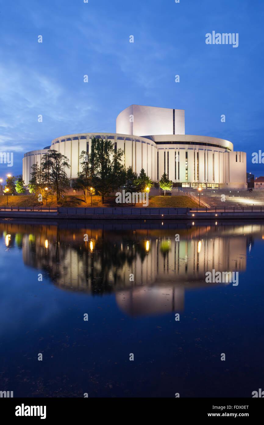 Polen, Bydgoszcz, Opera Nova bei Dämmerung, Fluss Brda, modernes Musiktheater, zeitgenössische Architektur Stockbild