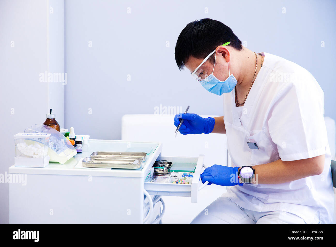 Zahnarzt behandelt Zähne Stockbild