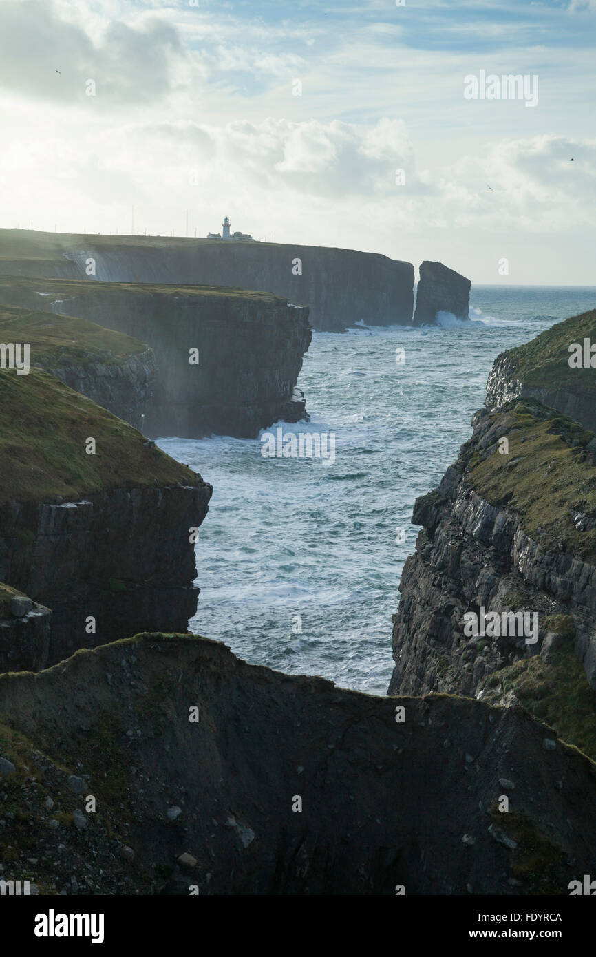 Klippen unter Loop Head Lighthouse, County Clare, Irland. Stockbild