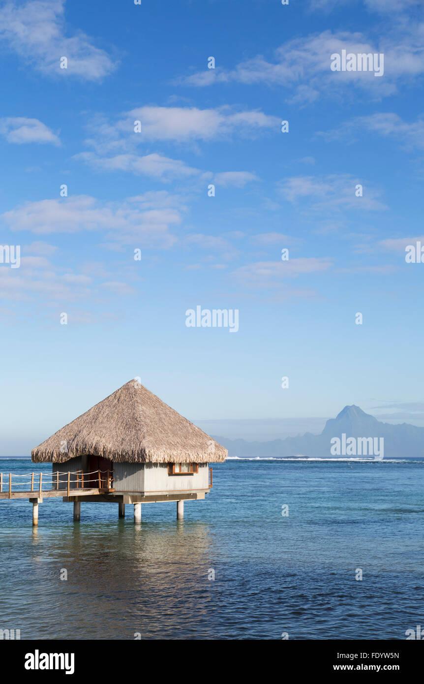Overwater Bungalow am Le Meridien Tahiti Hotel, Pape'ete, Tahiti, Französisch-Polynesien Stockbild