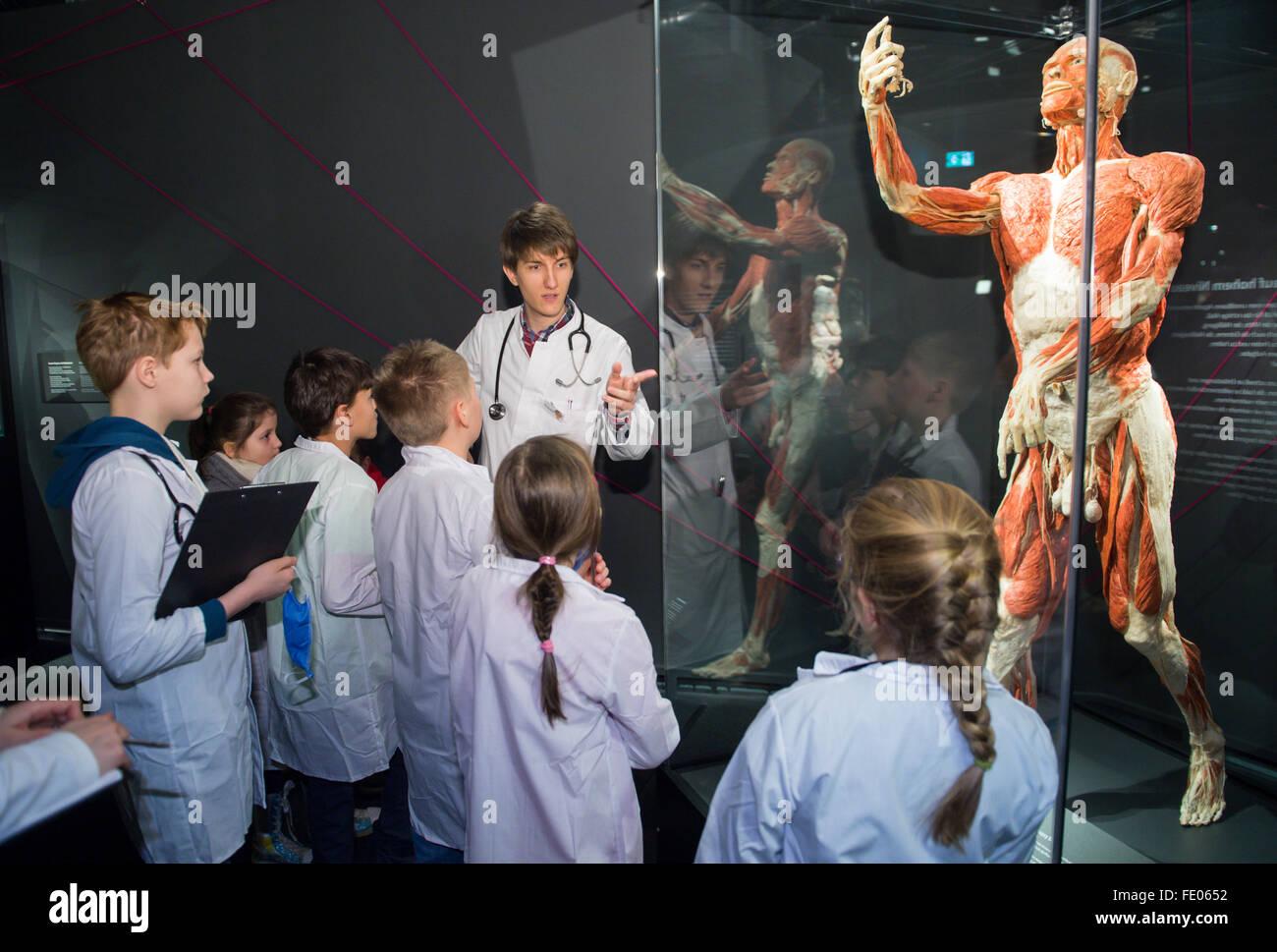 Medizinstudent Daniel Wobetzky (C) erklärt Anatomie des Menschen zu ...