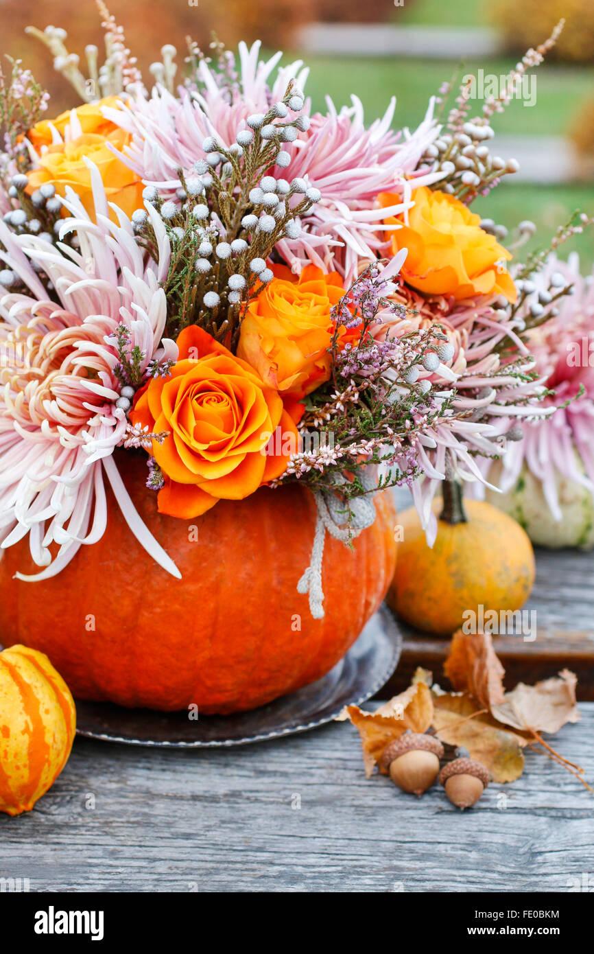 Blumenstrau in k rbis herbst dekoration stockfoto bild 94666200 alamy - Dekoration herbst ...