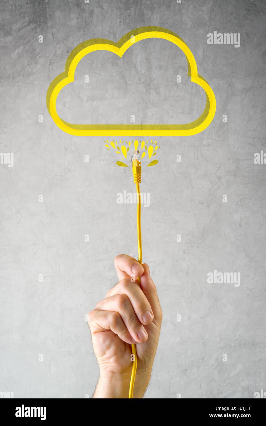 Cloud-Service, Internet-Technologie Cloud-computing-Konzept mit männlichen Hand mit LAN-Kabel verbunden. Stockfoto