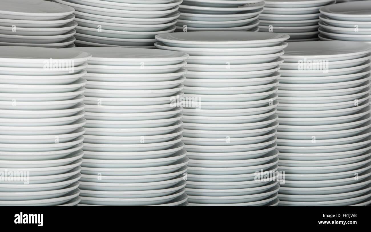 Stapel von vielen weißen Platten auf einem Draht Rack Regal in einer ...
