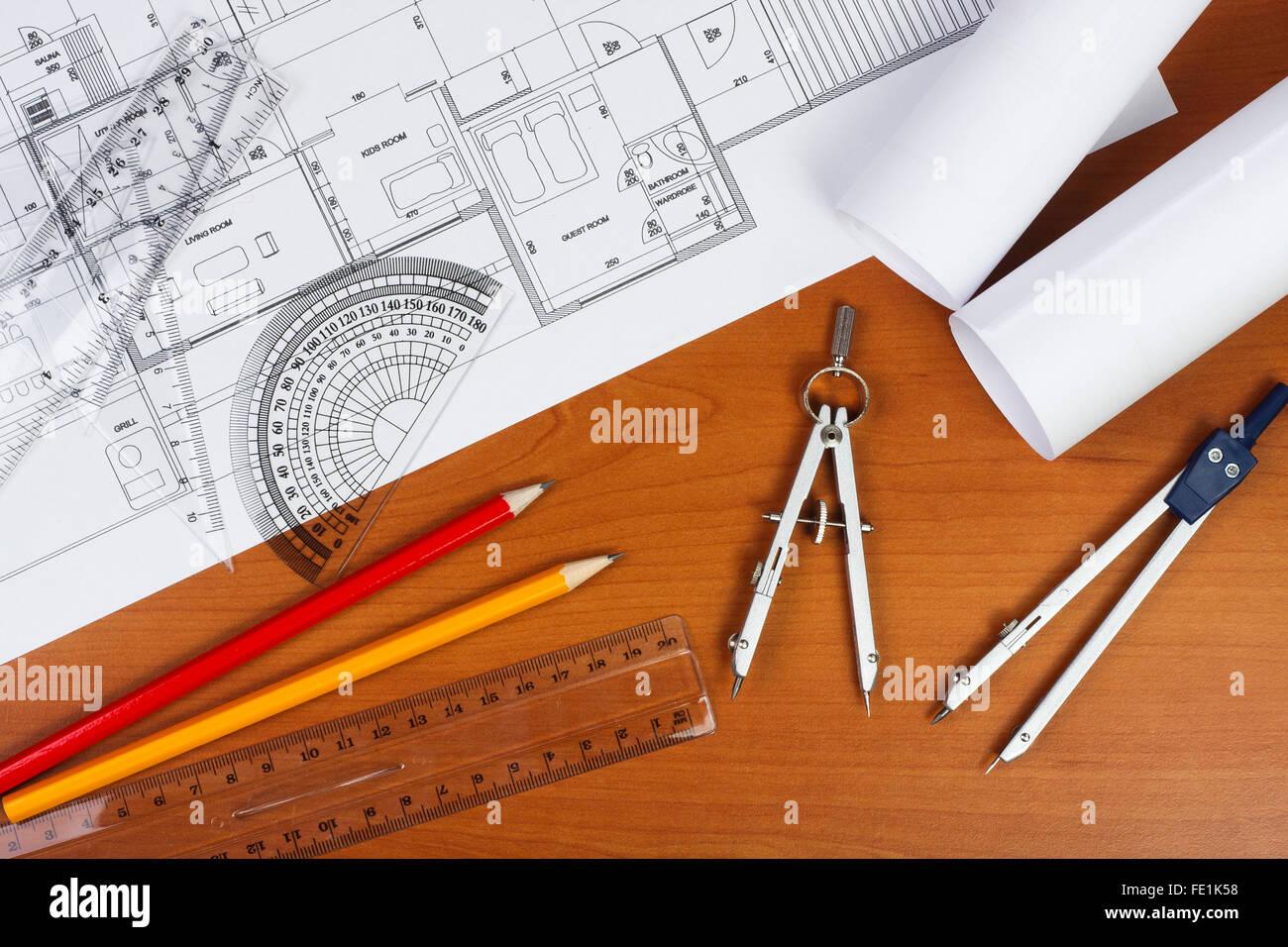 Baupläne, Stifte und Lineal auf dem Schreibtisch Stockbild