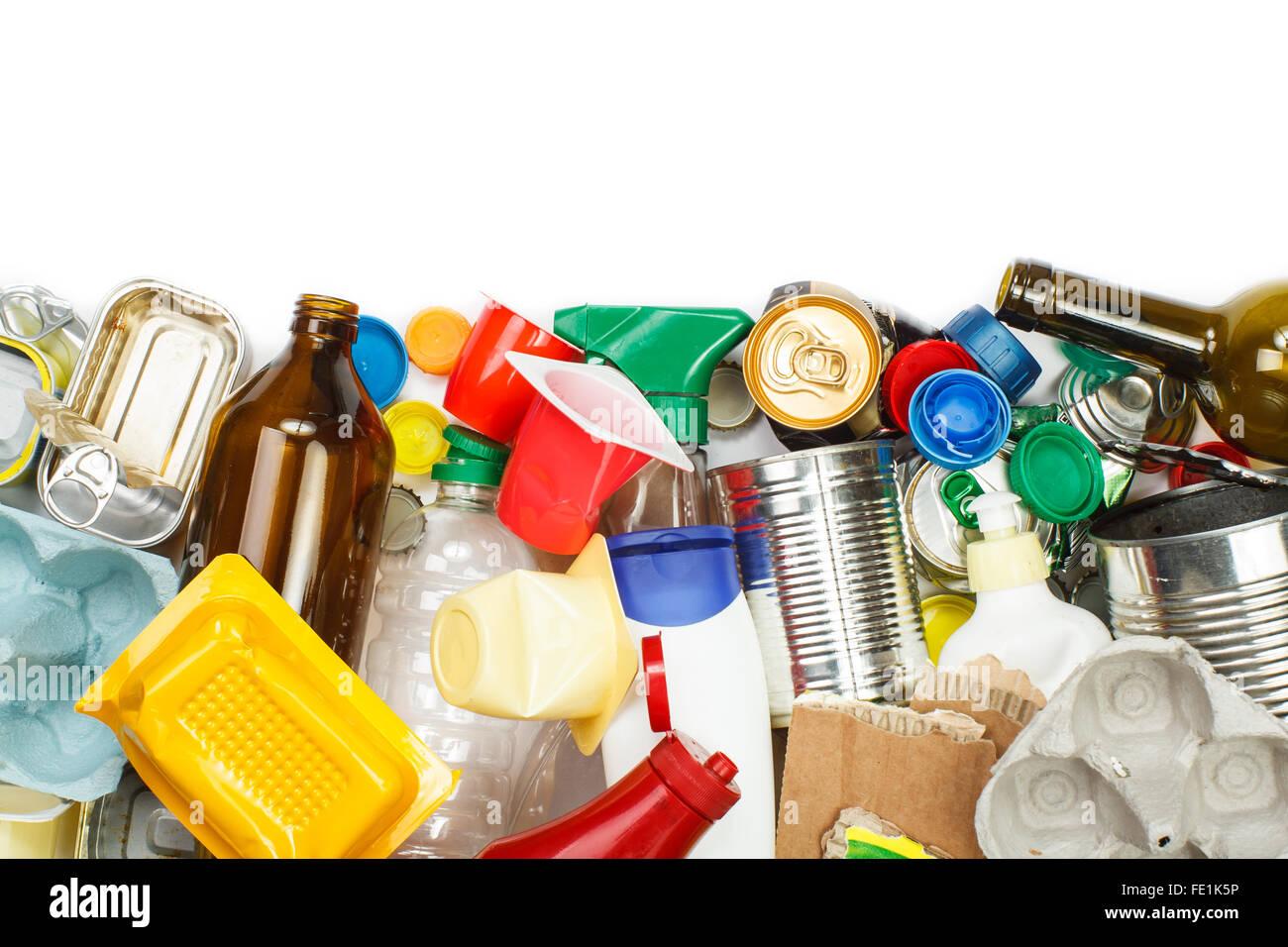 Eine Auswahl von Abfall zur Verwertung. Metall, Kunststoff, Papier und Glas getrennt. Leeren Raum für text Stockfoto