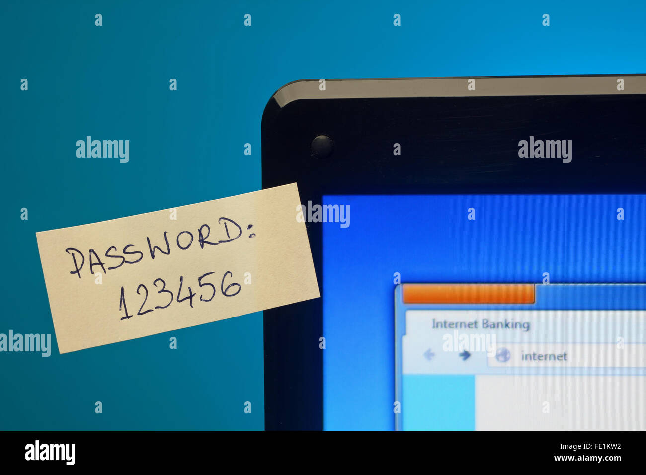 Zu einfach Passwort auf Haftnotizen auf Laptop-Bildschirm. Kennwort im Fokus Stockbild