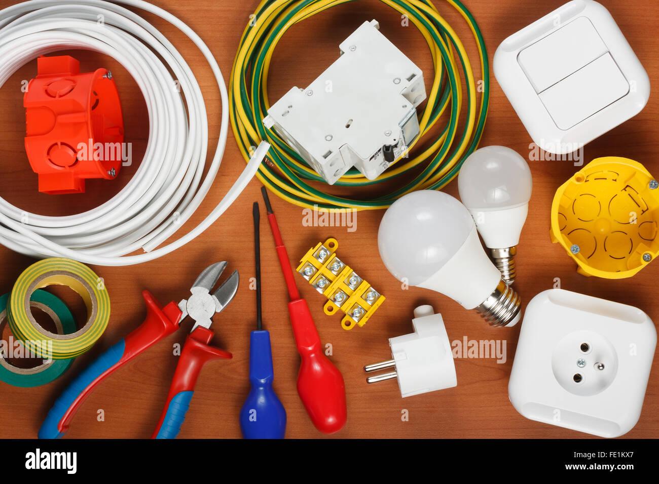 Elektrische Geräte und Werkzeuge auf dem Schreibtisch Stockbild