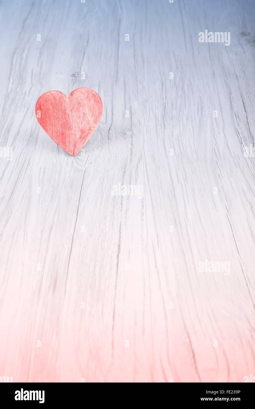 Rotes Herz auf hölzernen Hintergrund, Platz für Text. Stockbild