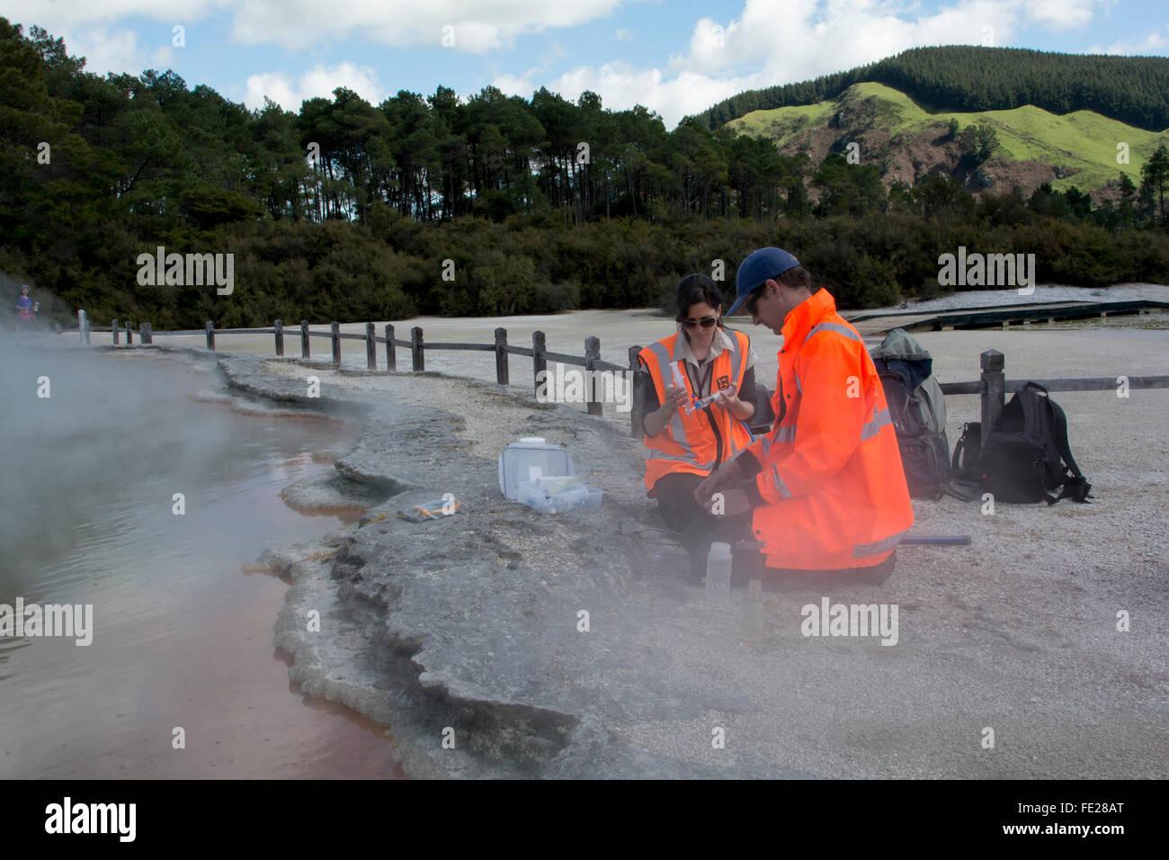 GNS Wissenschaftler Matt Stott und Jean Power Probenahme Mikroorganismen aus der Champagne Pool im Bereich Wai-O-Tapu in Neuseeland. Stockfoto
