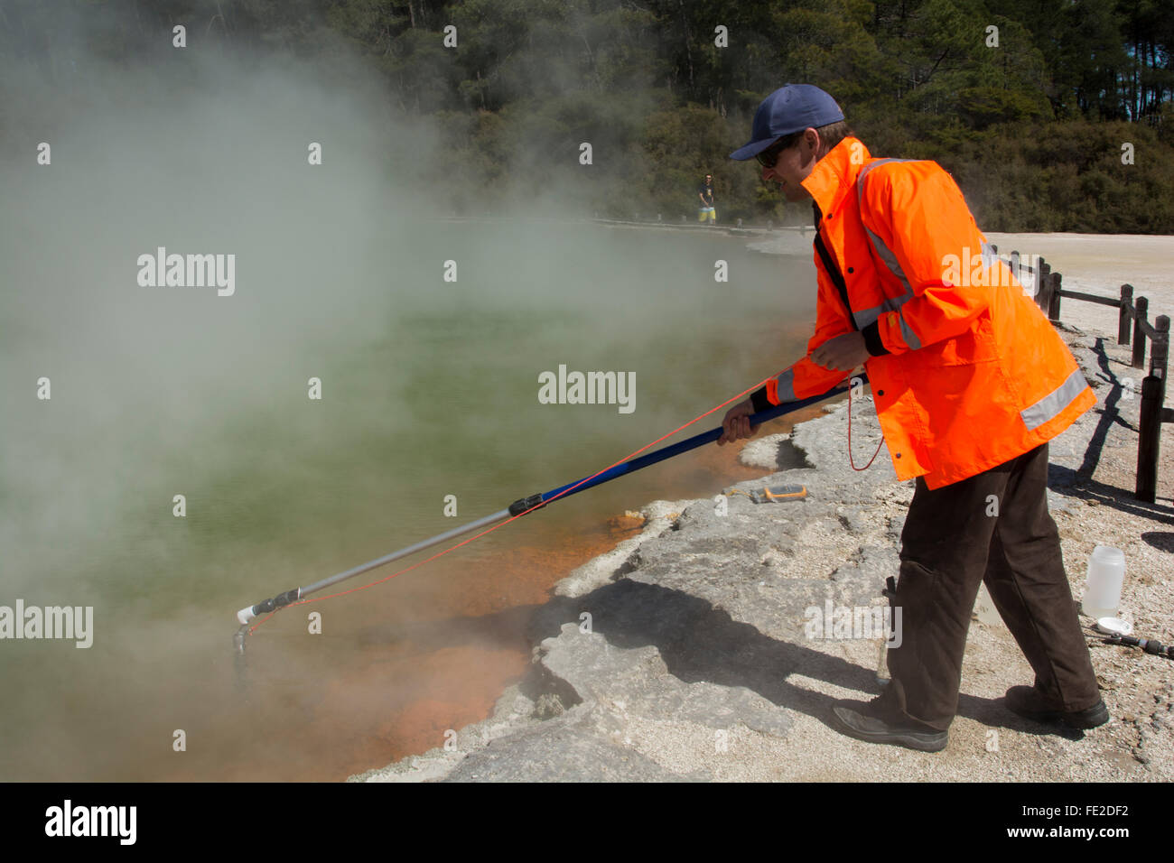 GNS Wissenschaftler Matt Stott wird Mikroorganismen aus der Champagne Pool im Bereich Wai-O-Tapu in Neuseeland bemustert. Stockfoto