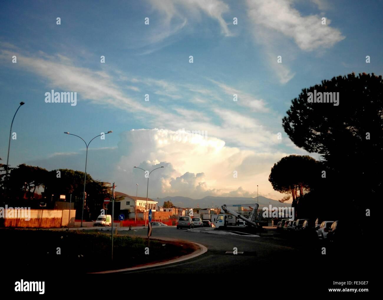Bewölkter Himmel über Kreisverkehr Stockbild