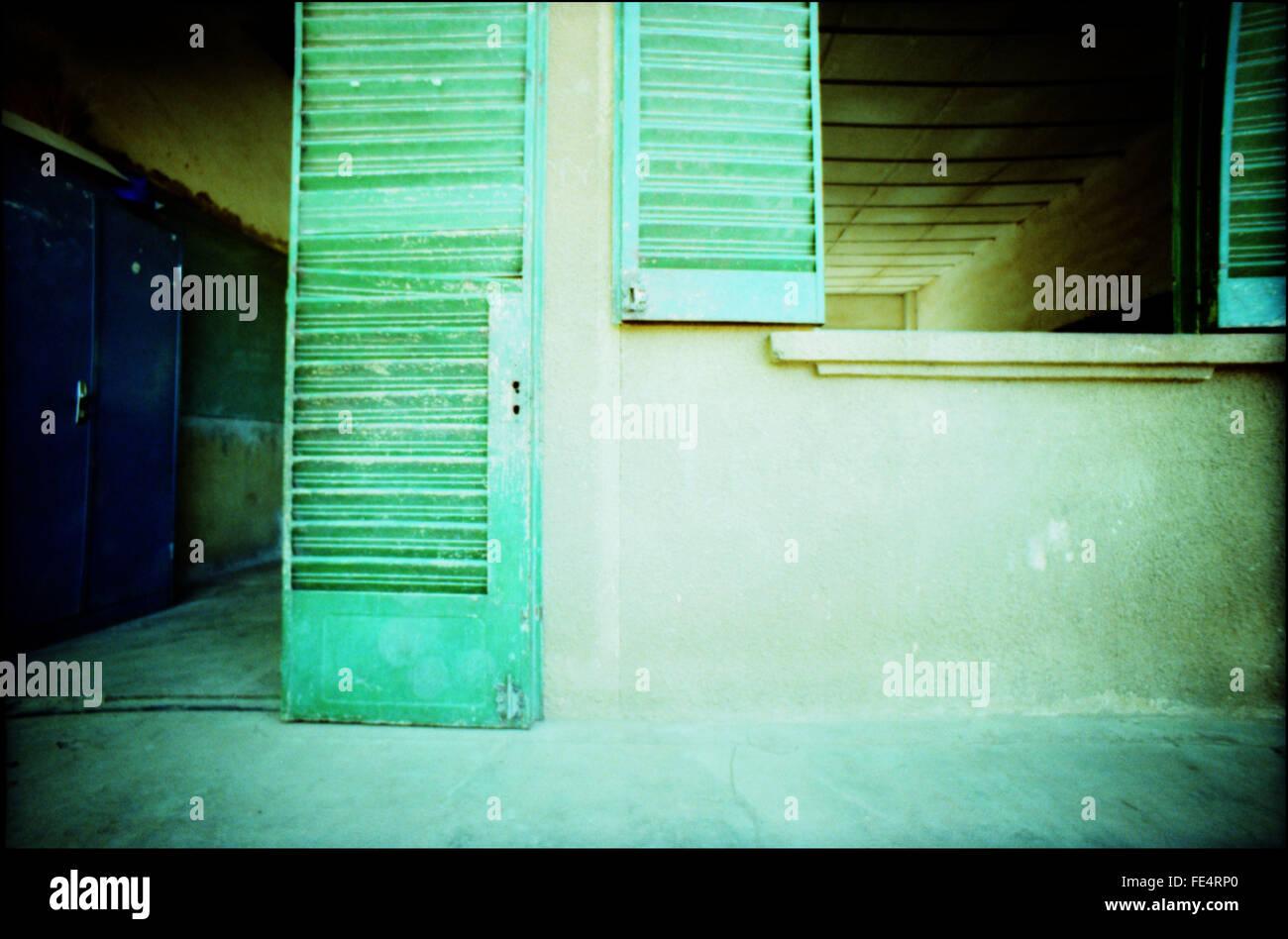 Blick auf offene Türen und Fenster Stockfoto