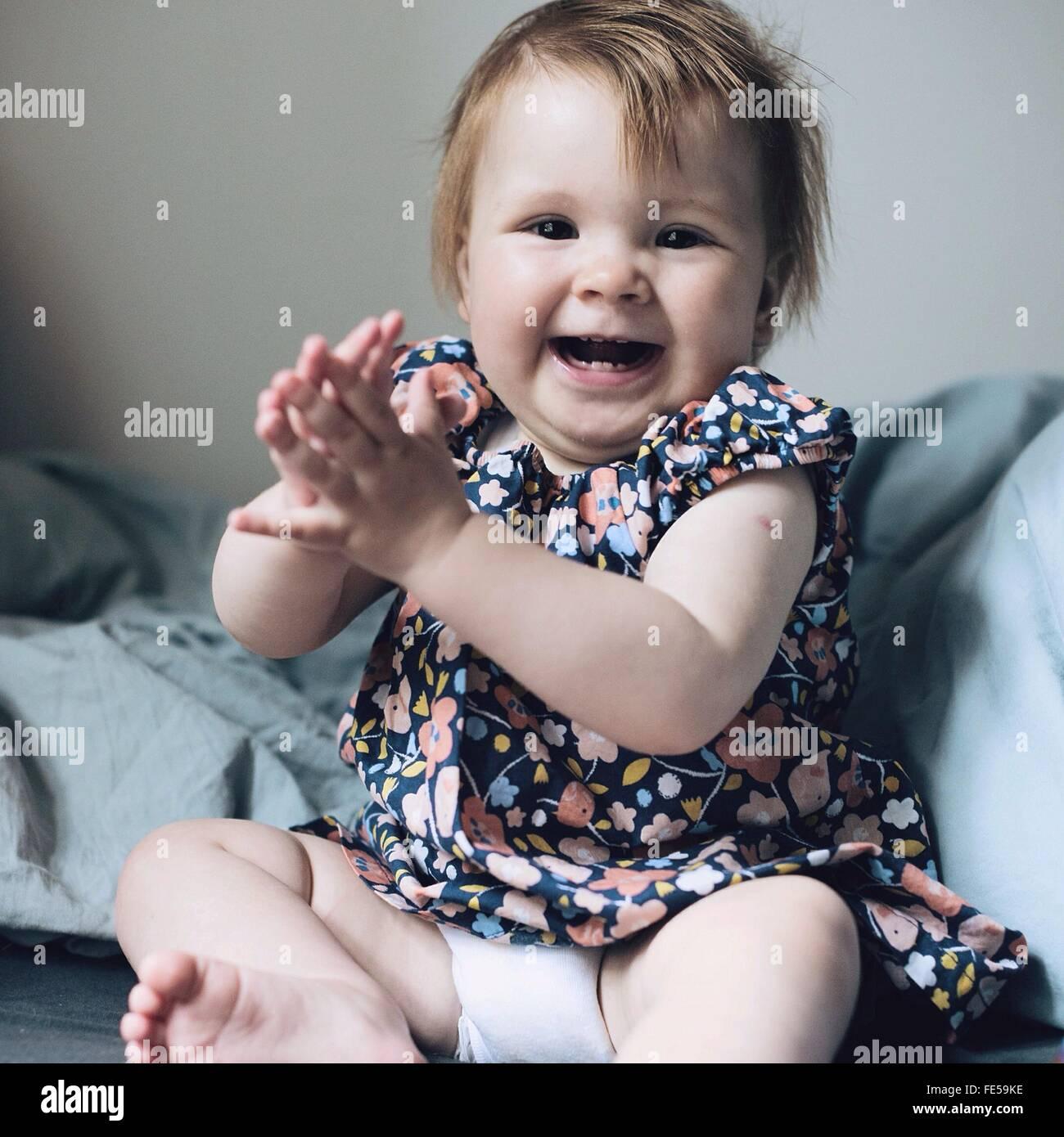 Babymädchen lachen Stockfoto