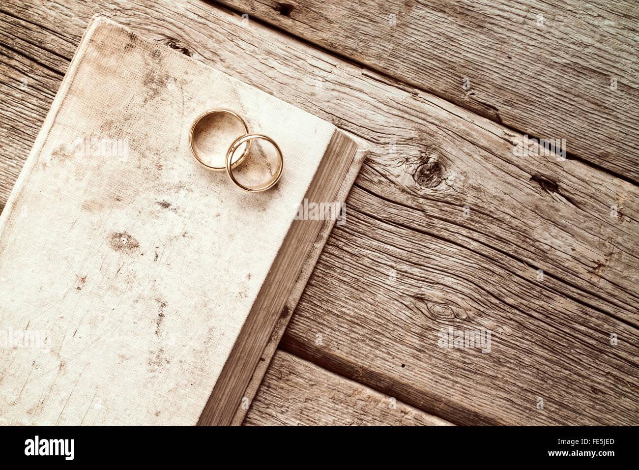 Zwei Goldene Hochzeit Ringe Auf Dem Alten Buch Stockfoto