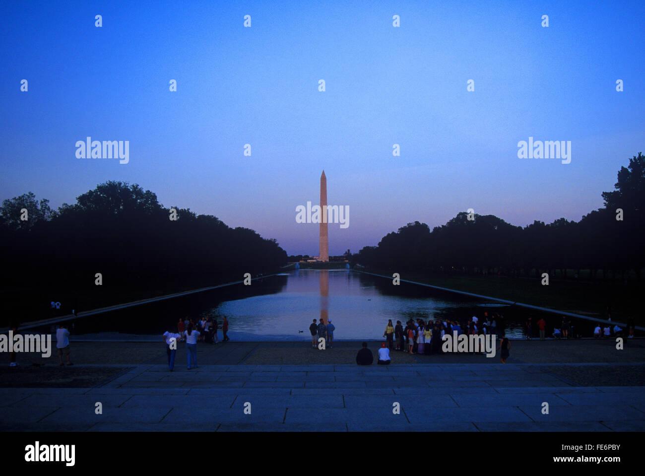 Fernblick auf Washington Monument gegen klaren Himmel in der Abenddämmerung Stockbild