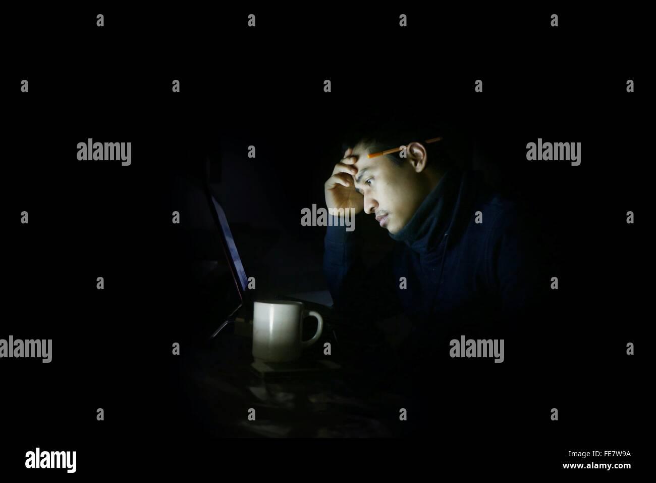 Mann, die zu Hause arbeiten Stockbild