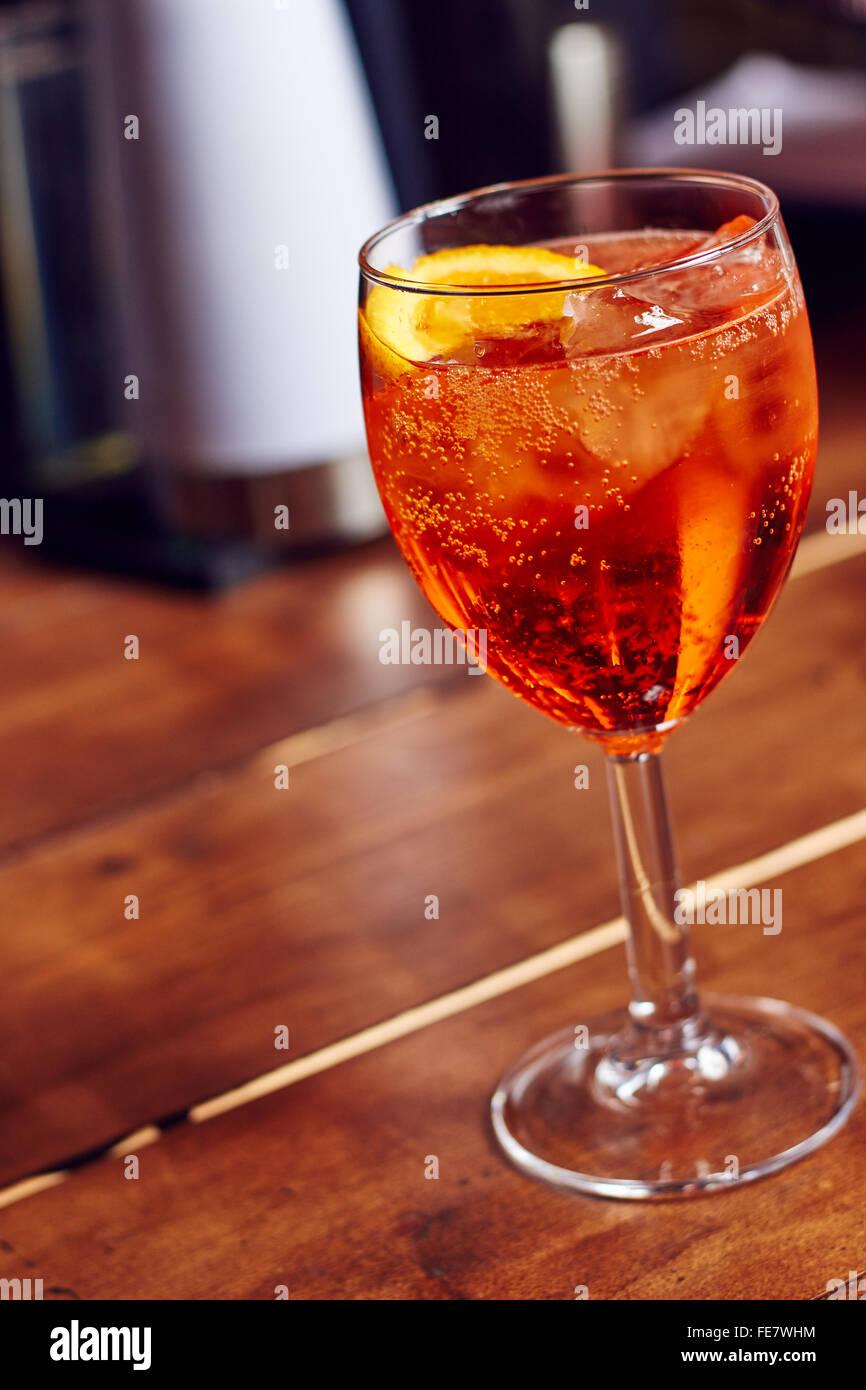 Einem Glas Aperol Spritz in einer bar Stockbild