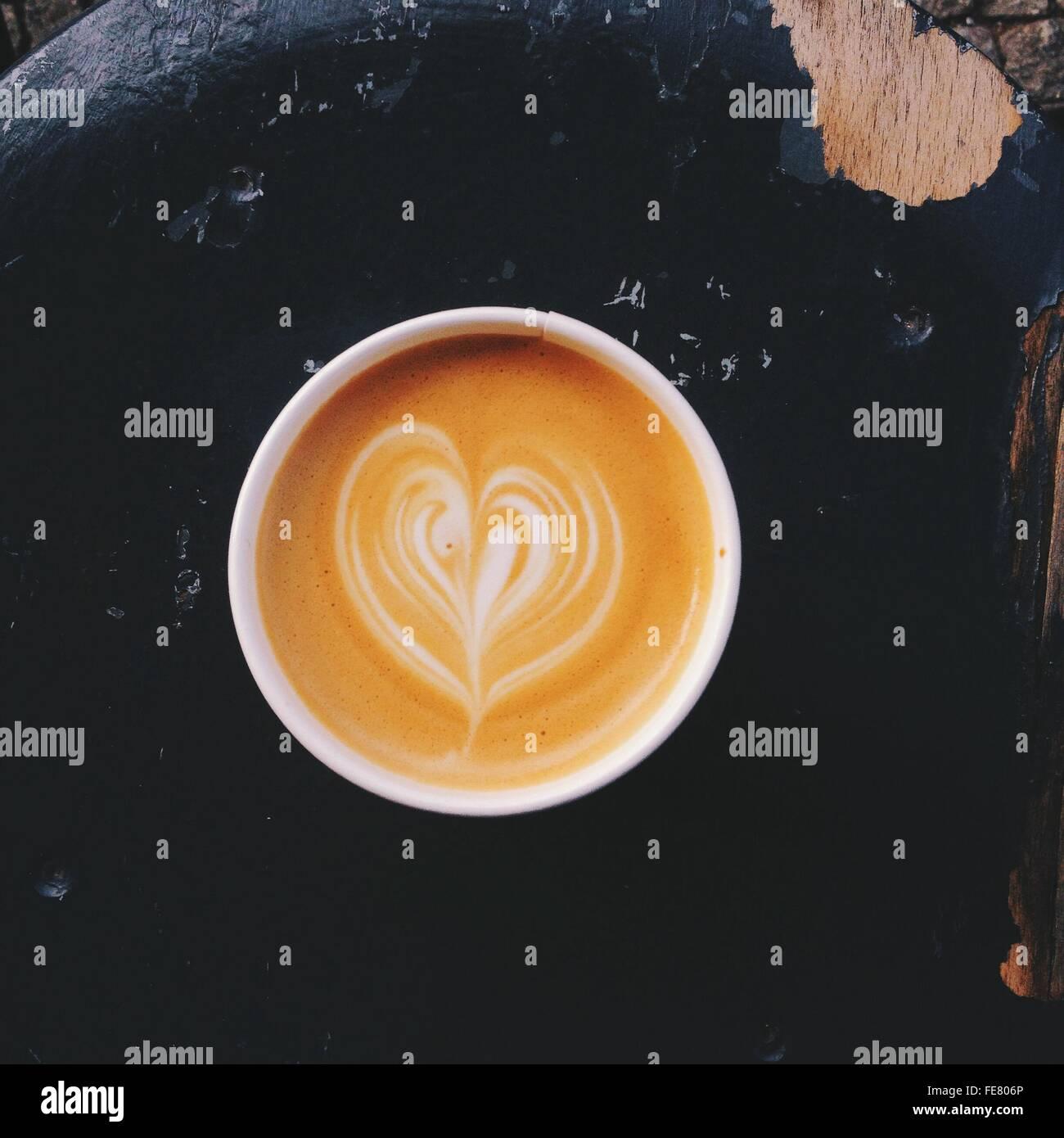 Kaffeebecher Cappuccino mit Latte-Design Stockbild