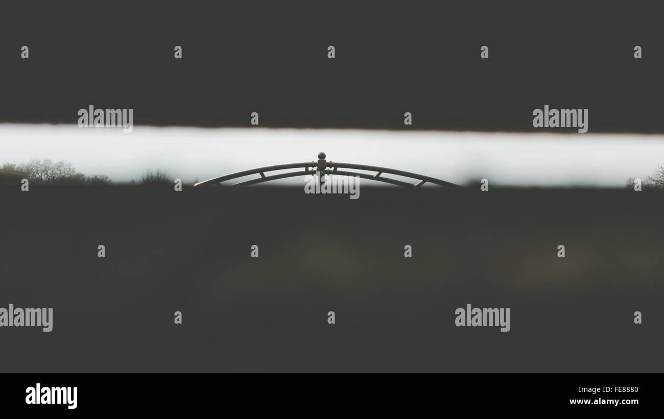 Klettergerüst, betrachtet durch die Lücke zwischen den Planken Stockbild