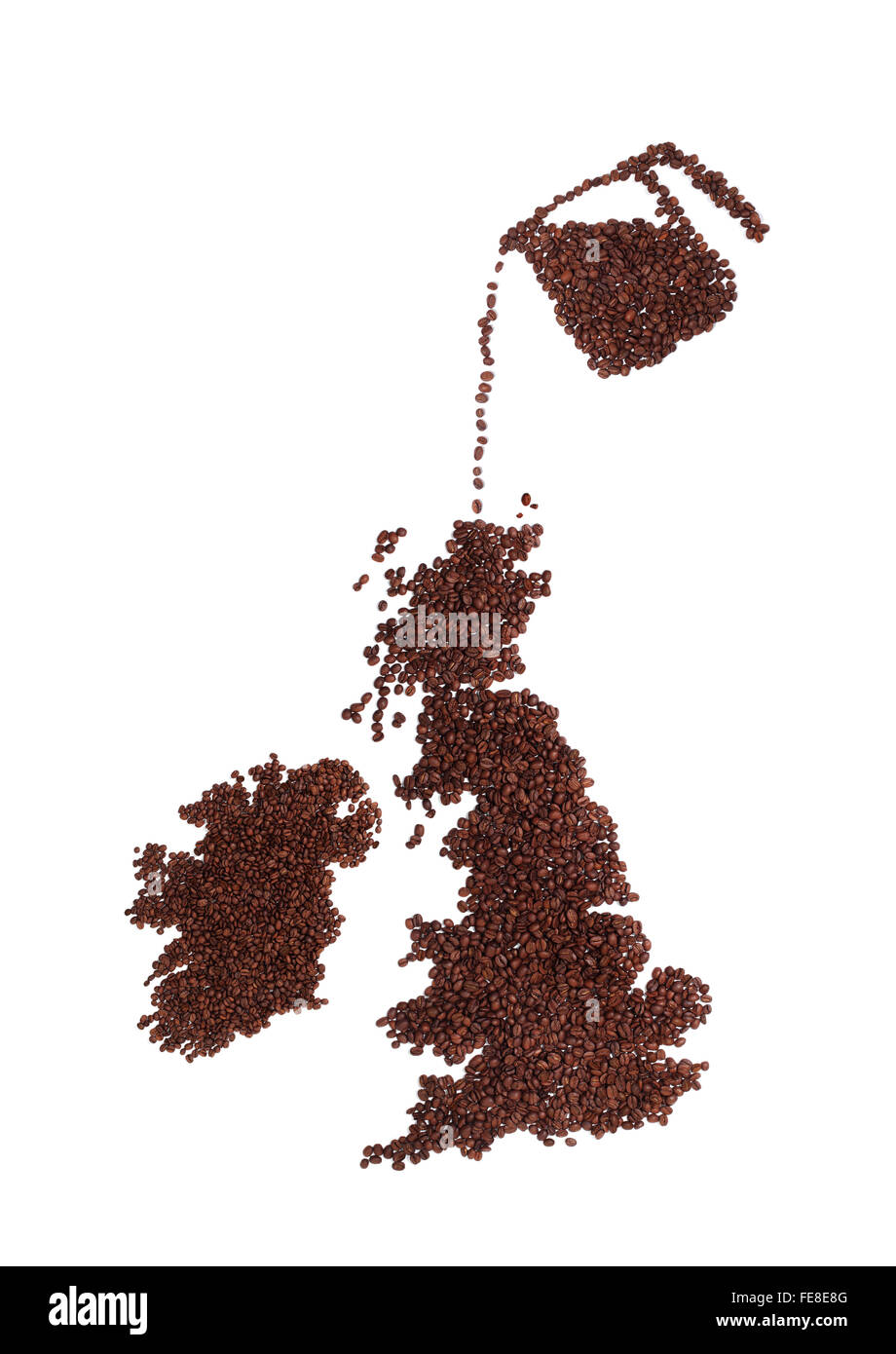 Kännchen Kaffee Bohnen auf einer Karte von England, Irland und Schottland in Strömen. Alle von Brown, Stockbild