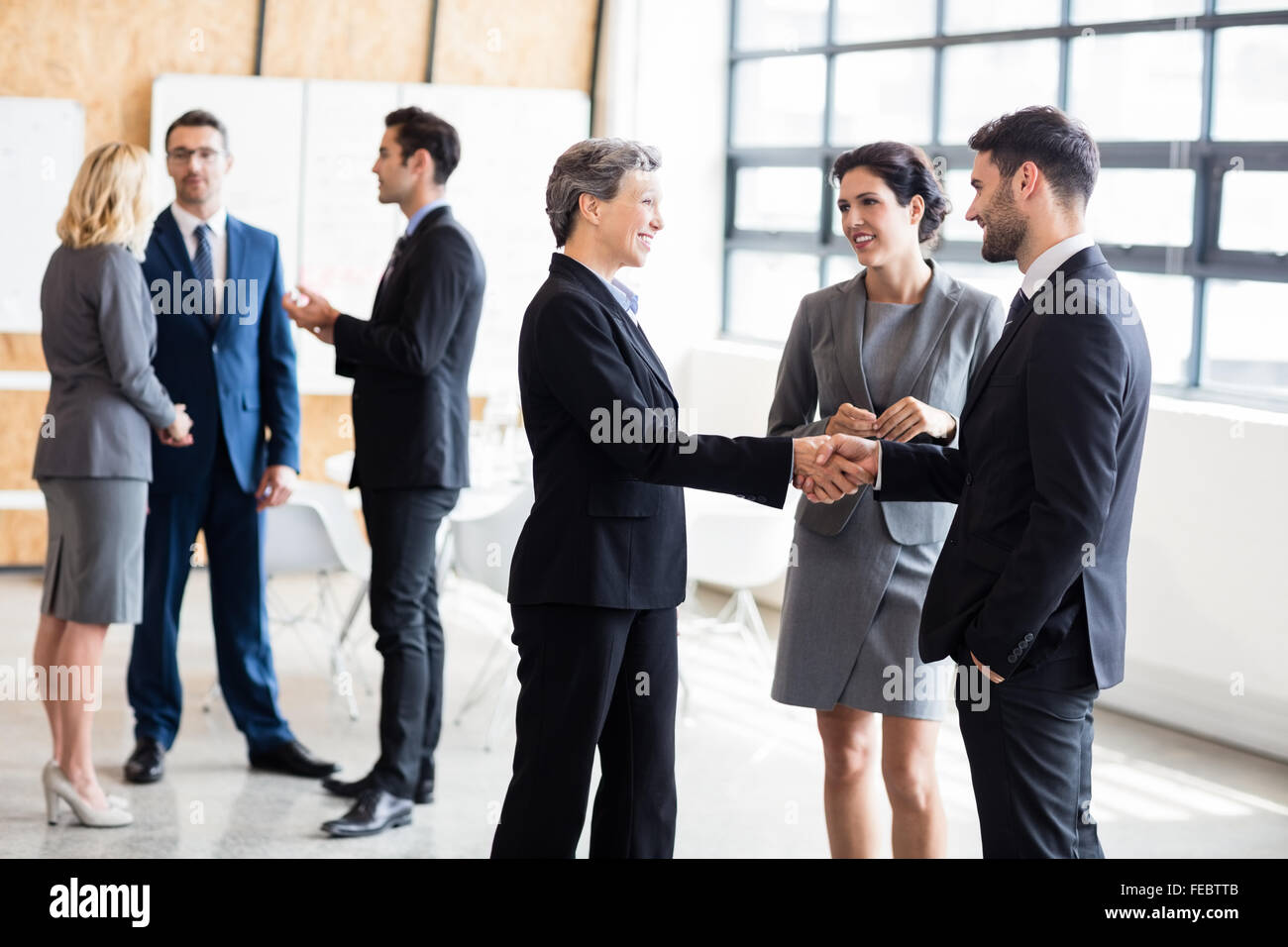 Geschäftsleuten stehen und reden Stockbild
