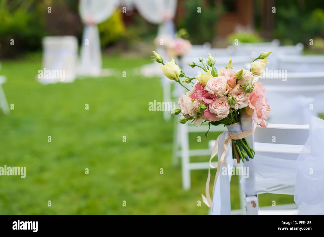 Weißer Stuhl Stehend Auf Der Grünen Waldwiese Auf Die Trauung