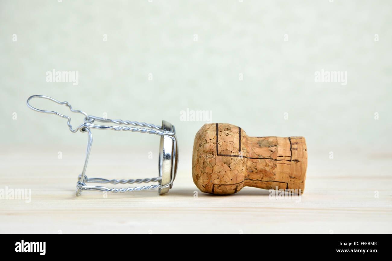 Champagner Korken und Draht-Kappe auf Holztisch Stockfoto, Bild ...