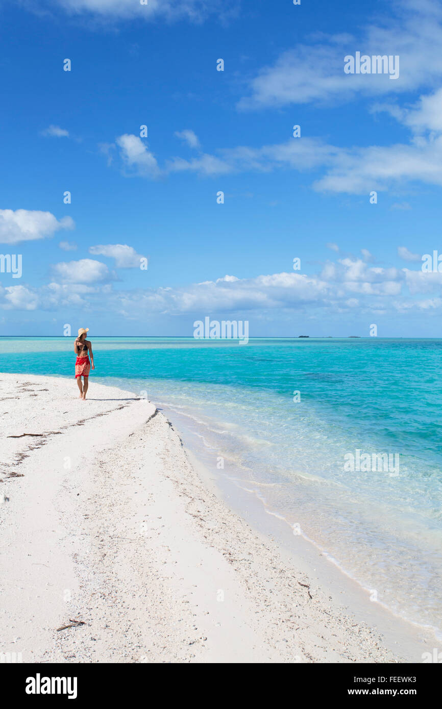 Frau am blauen Lagune, Fakarava, Tuamotu-Inseln, Französisch-Polynesien Stockbild