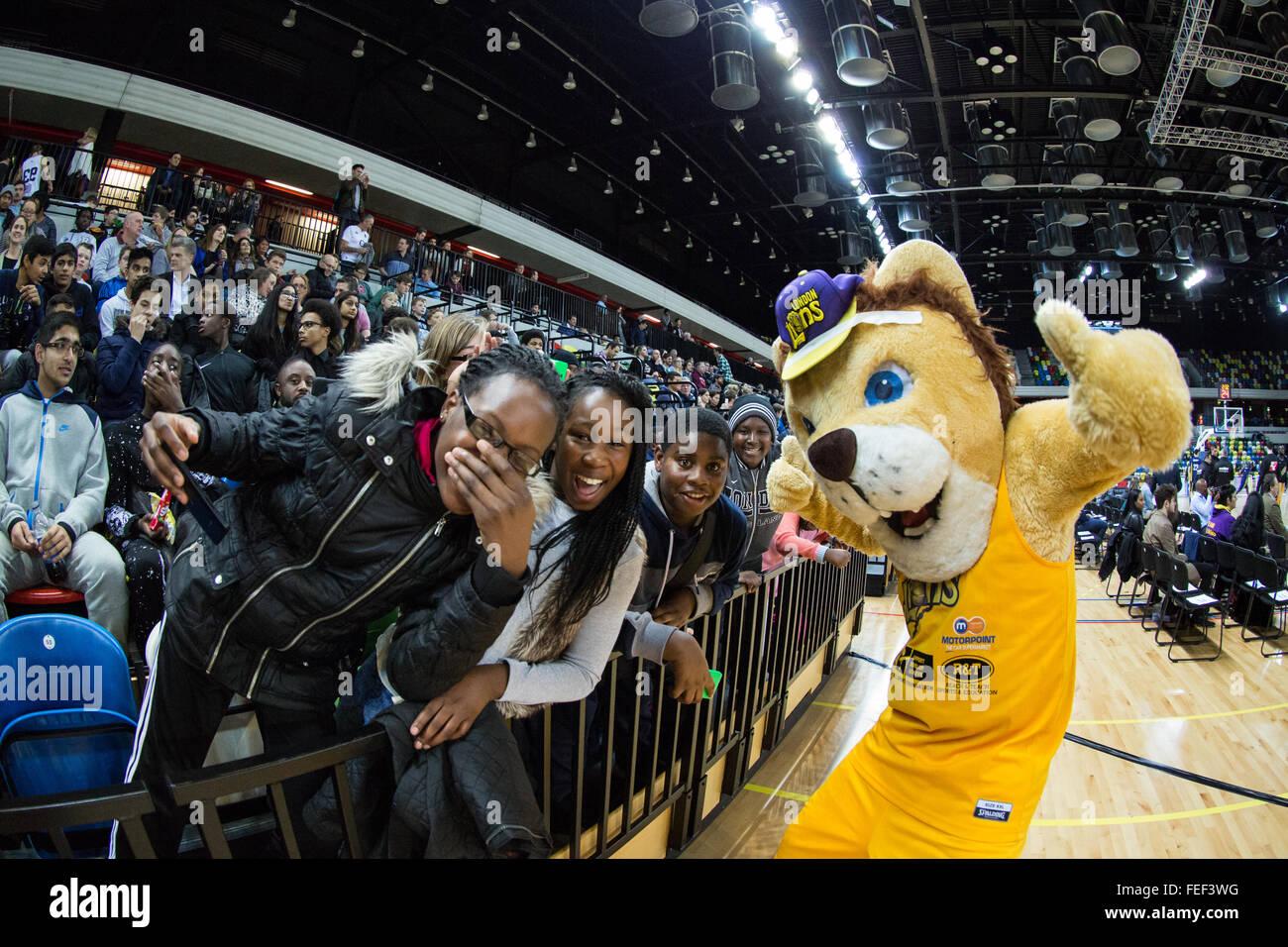 London, UK. 5. Februar 2016. Löwen-Maskottchen (Antonio Girling) mit jungen Fans. London-Löwen besiegen Stockbild