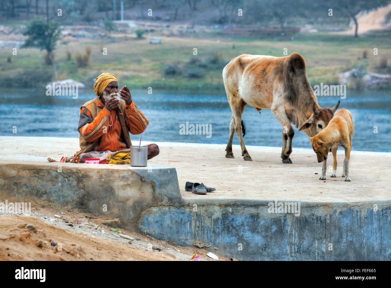 persönliche Hygiene an den Flussufern der Betwa in Orchha, Madhya Pradesh, Indien, Südasien Stockbild