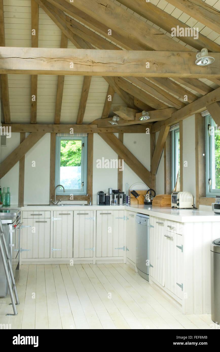 Küche in Eiche Neubau, gewölbte Decke, weißen gemalte Einheiten ...