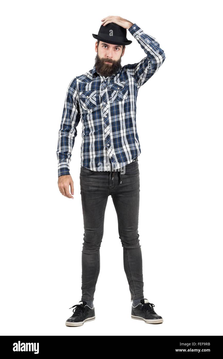 Bärtige Hipster auf schwarzen Filzhut, Blick in die Kamera. Ganzkörper-Länge-Porträt über Stockbild