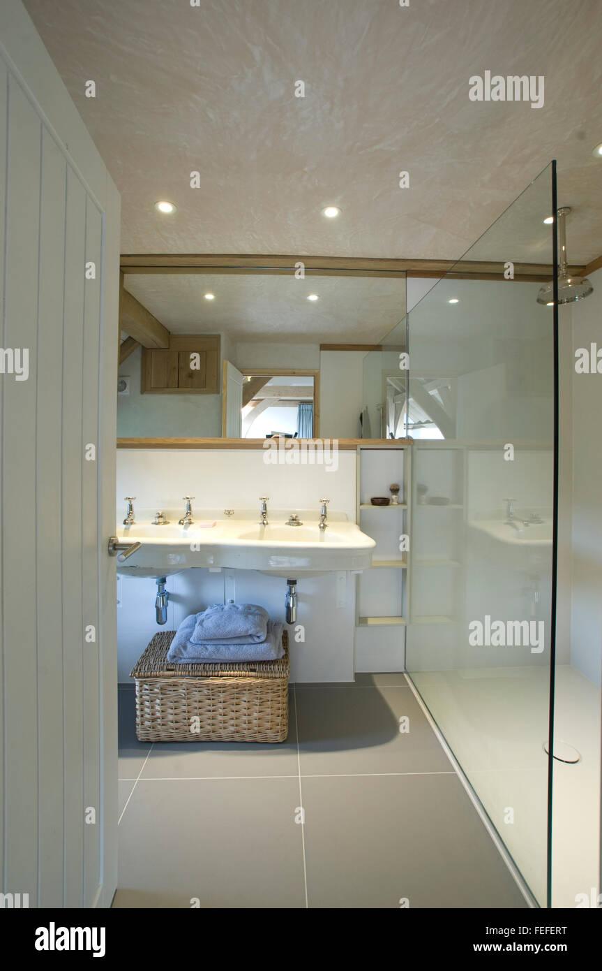 moderne Dusche, Waschbecken, Reflexionen, Verglasung. weiße Wände. Stockfoto