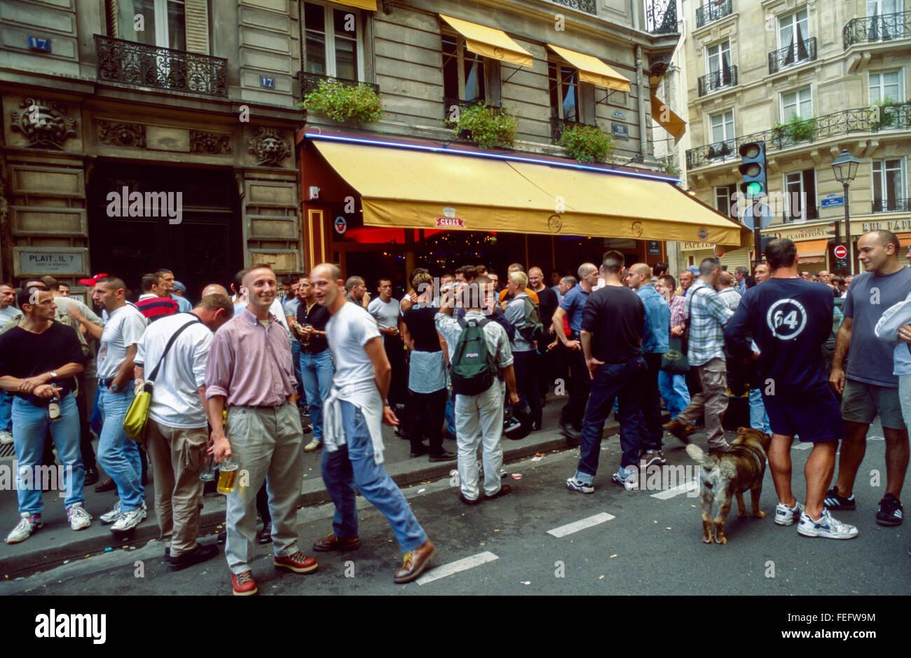 Paris, Frankreich, Menge teilen Getränke auf Straße, Französisch Gay ...
