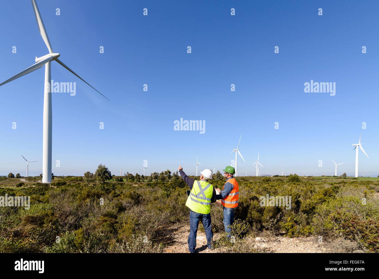 Ingenieure der Windkraftanlage steuern Projekte und Produktion. Stockbild