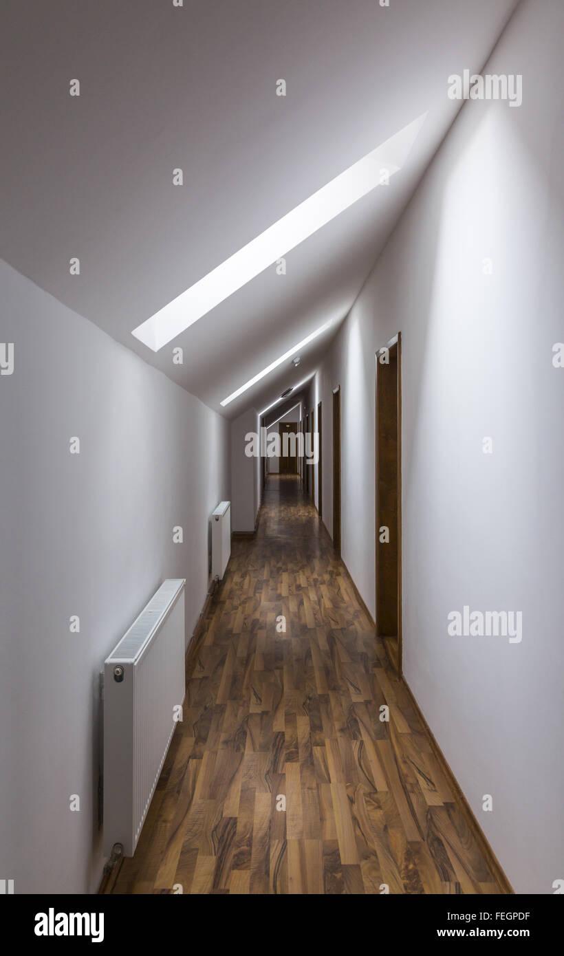 Moderne Leer Stehenden Hotel Flur Mit Braunen Boden Und Weißen Wänden.