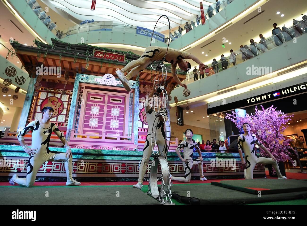 Surabaya, Indonesien. 7. Februar 2016. Oriental Arts Truppe Tänzer ...