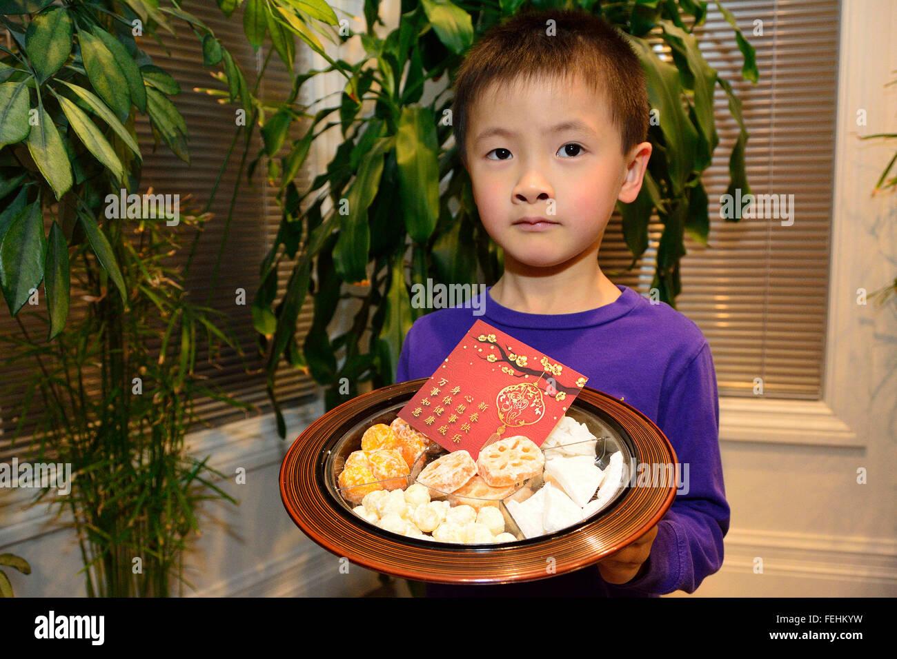 Eine 5-jährige Kind hält eine traditionelle chinesische Candy Box ...