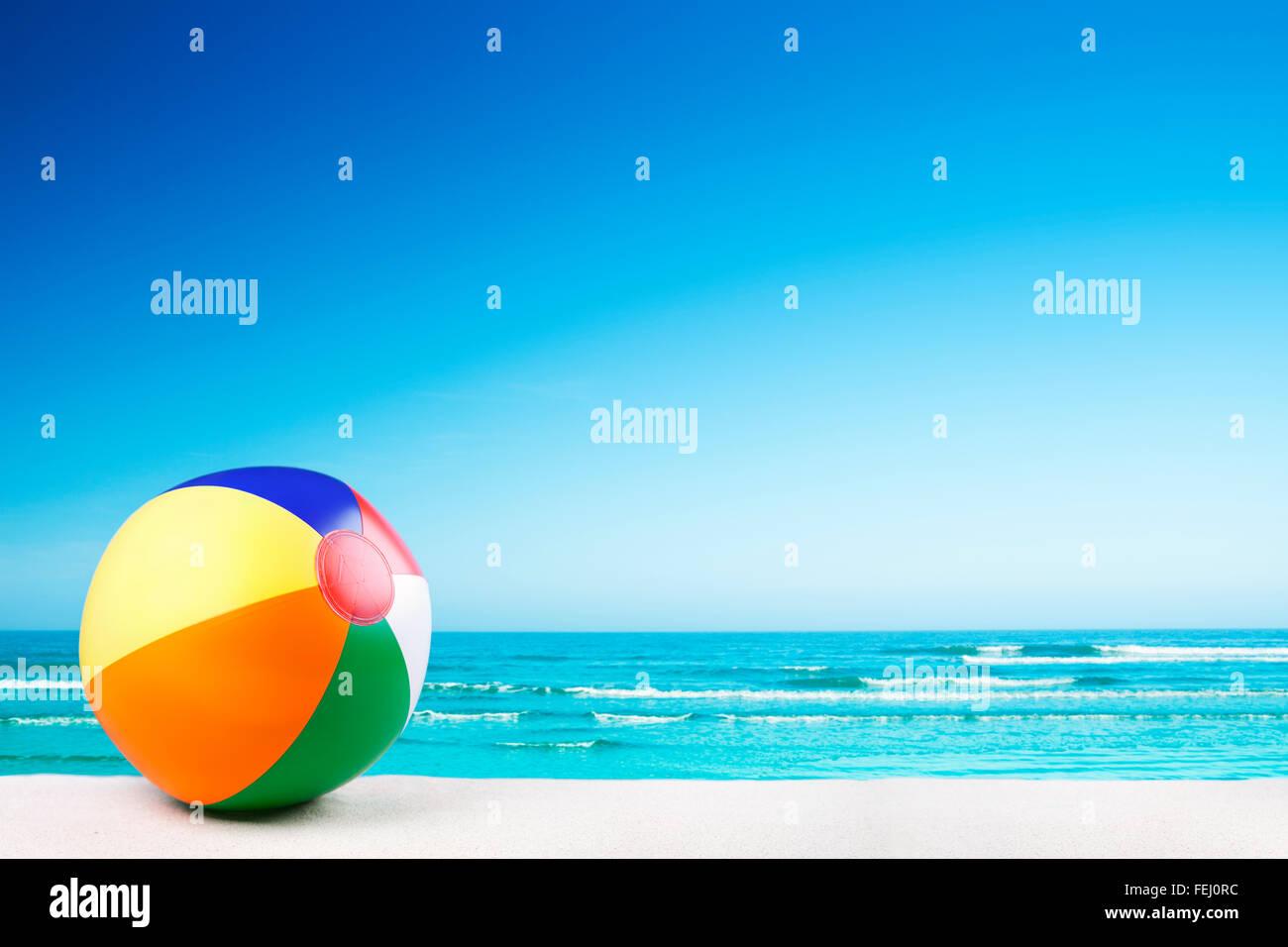 Ein Beach-Ball auf einem schönen weißen Sandstrand im Sommer. Stockbild