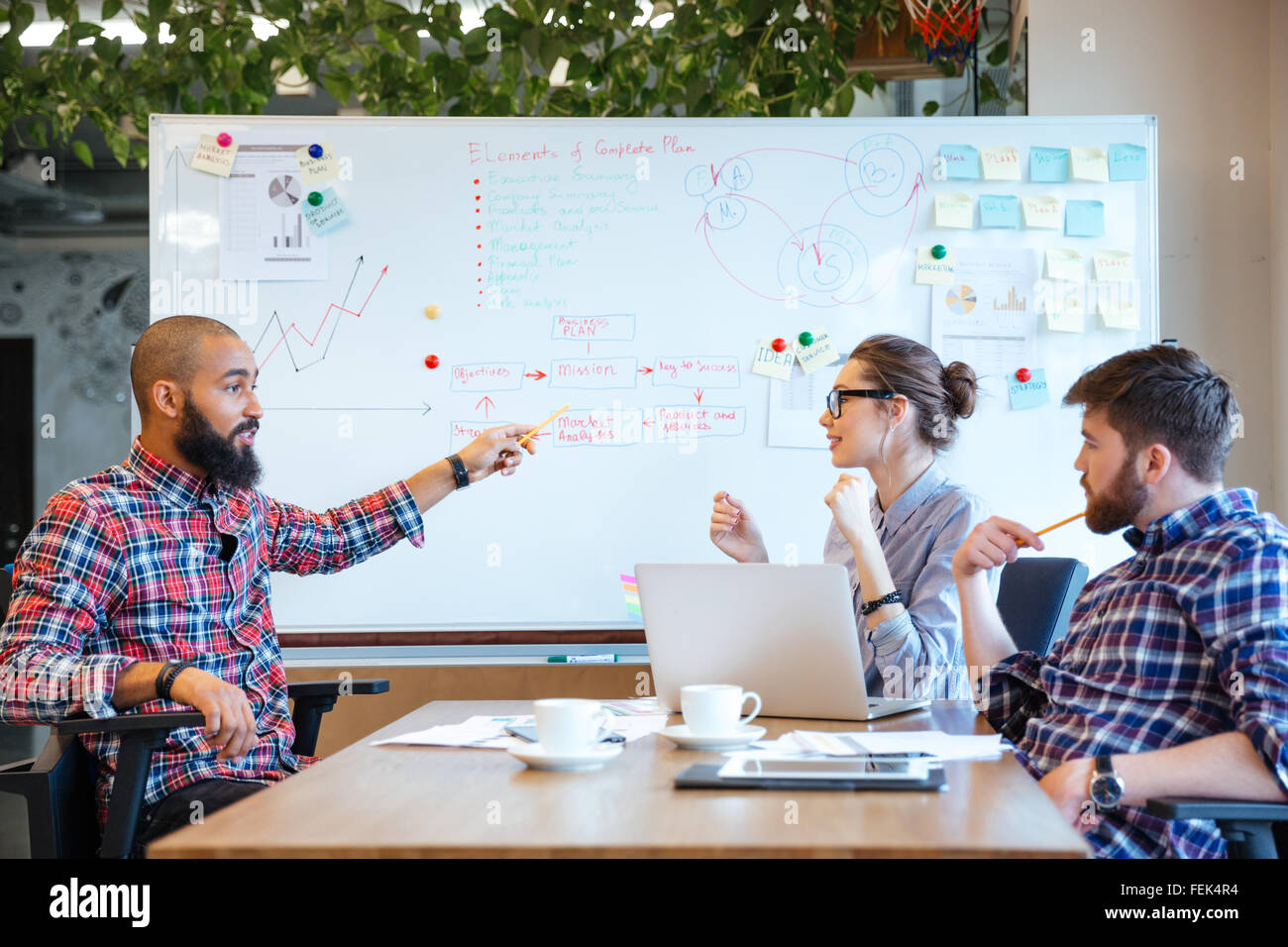 Multiethnische Gruppe von Geschäftsleuten, die Zusammenarbeit im Büro Stockbild
